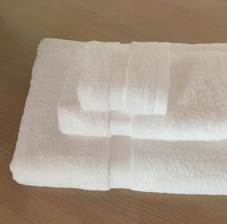 White bathroom towels for home and hotels, 550gsm, a set and different sizes